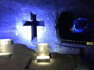 光る十字架