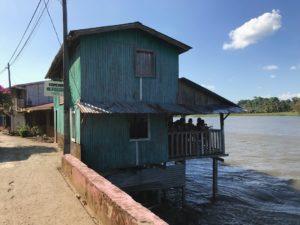 川に浮く家